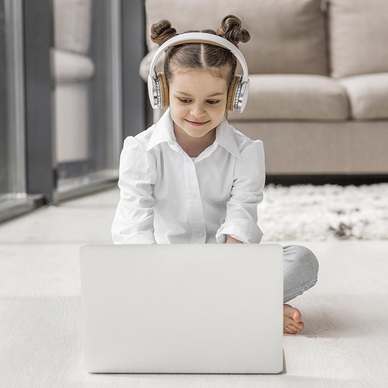 online eğitim alan öğrenciler